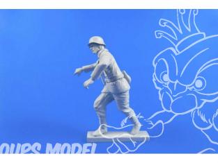 CMK Personnage resine F48309 MOTOCYCLISTE ALLEMAND (Poussant Sa Machine) 1/48